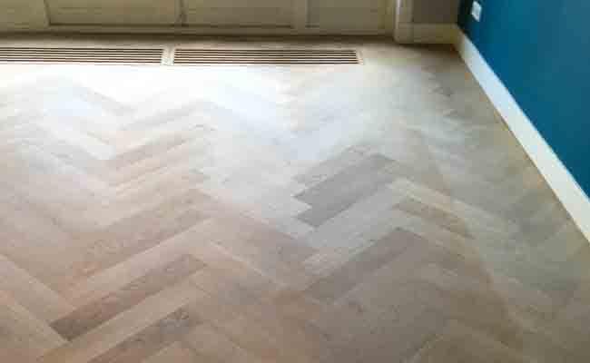 Renovatie houten visgraat vloer witte afwerking timber wooden