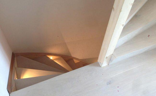 unieke-houten-trap-renovatie-met-verlichting-amsterdam-4