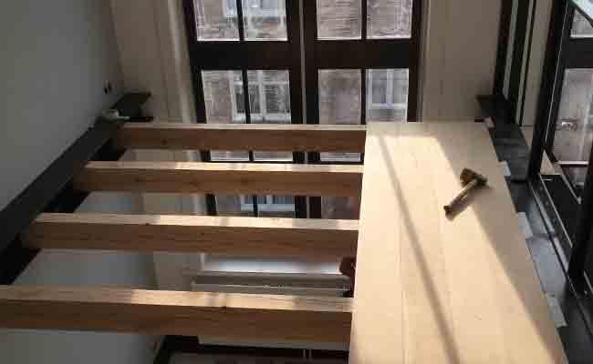 verhoogde-houten-vloer-in-kantoor-amsterdam-1